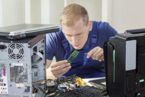 PC Techniker bei Reparatur